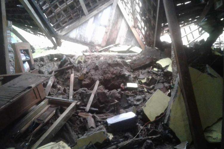 Salah satu rumah warga di Kecamatan Dagangan, Kabupaten Madiun rusak diterjang tanah longsor setelah hujan melanda bumi kampung pesilat tujuh jam lebih, Jumat (2/4/2021).