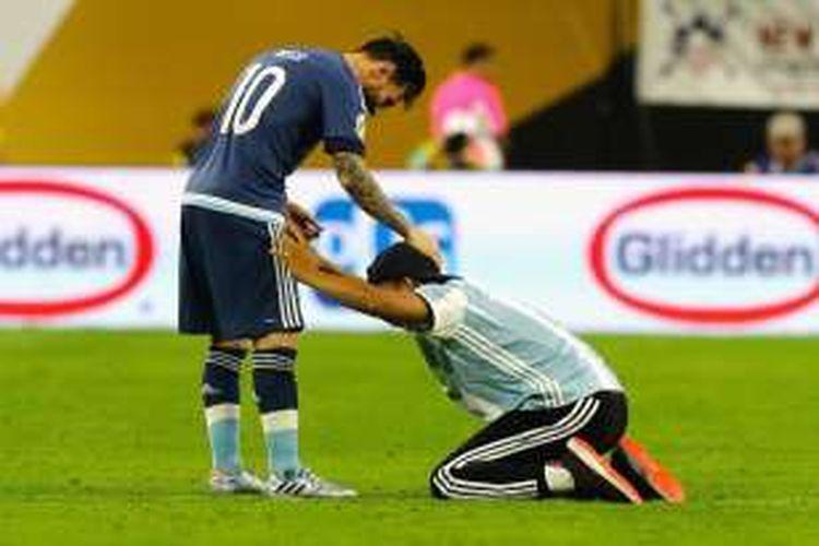 Seorang suporter bersimpuh di depan Lionel Messi setelah pertandingan antara Argentina dan Amerika Serikat pada semifinal Copa America di NRG Stadium, Houston, Rabu (22/6/2016) pagi WIB.