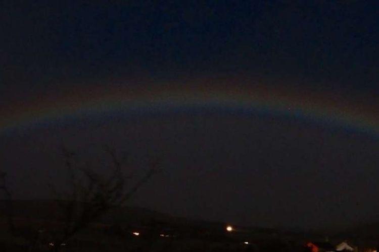 Moonbow atau pelangi yang muncul di malam hari adalah salah satu fenomena sangat langka. Beruntung ada yang berhasil menangkap momen ini.