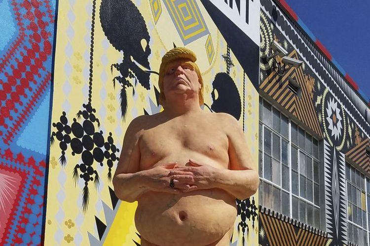 Patung sosok Presiden AS Donald Trump yang telanjang itu awalnya berjumlah lima buah dan dipajang di lima kota yang berbeda pada 2016 silam.