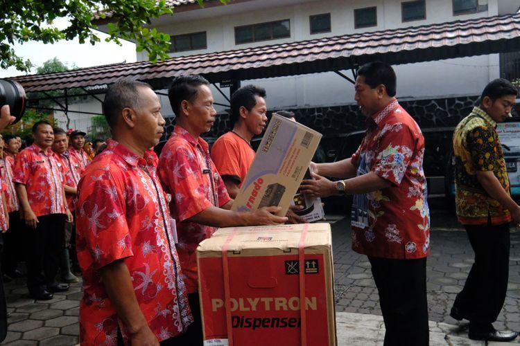 Wali Kota Magelang Sigit Widyonindito membagikan hadiah berupa kulkas dan peralatan rumah tangga lainnya kepada enam karyawannya yang datang disiplin pada hari pertama masuk kerja usai libur lebaran, Kamis (21/6/2018).