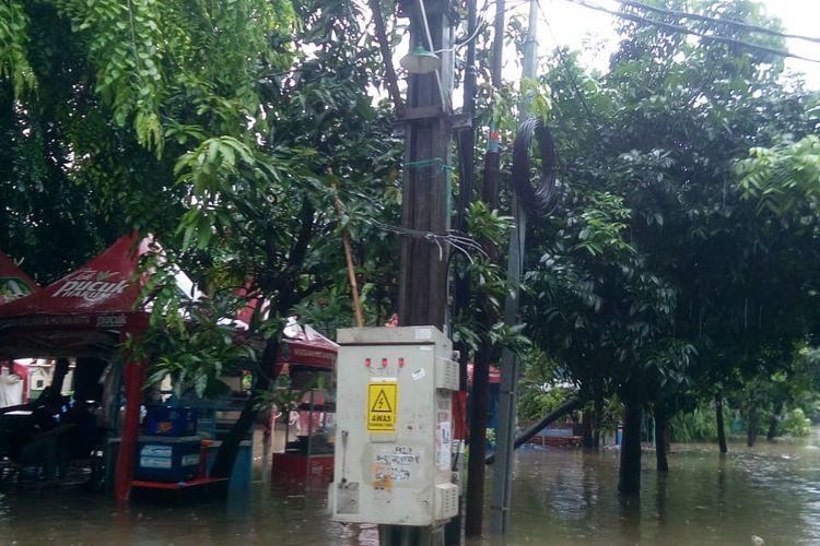 Banjir yang merendam sejumlah wilayah di Jawa Barat membuat PLN mematikan pasokan listrik untuk sementara waktu. Itu dilakukan untuk memastikan keamanan warga terdampak banjir.