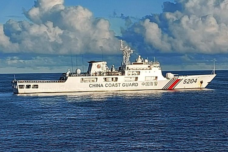 A Chinese Coast Guard vessel escorted out of the Exclusive Economic Zone by Indonesian maritime forces off the Riau Island, Monday (14/9/2020)
