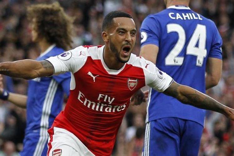 Pemain Arsenal, Theo Walcott, melakukan selebrasi seusai membobol gawang Chelsea dalam laga Premier League, di Stadion Emirates, Sabtu (24/9/2016).
