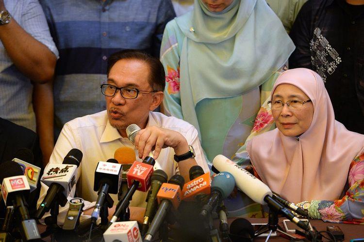 Mantan pemimpin oposisi Malaysia Anwar Ibrahim didampingi istrinya, Wan Azizah Wan Ismail memberikan jumpa pers di kediamannya, Rabu (16/5/2018), usai resmi bebas dari penjara.