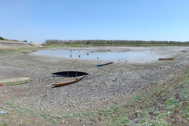Inilah kondisi Waduk Saradan, Kabupaten Madiun yang mengering sehingga tidak bisa dioperasionalkan lagi untuk mengairi ribuan sawah petani.