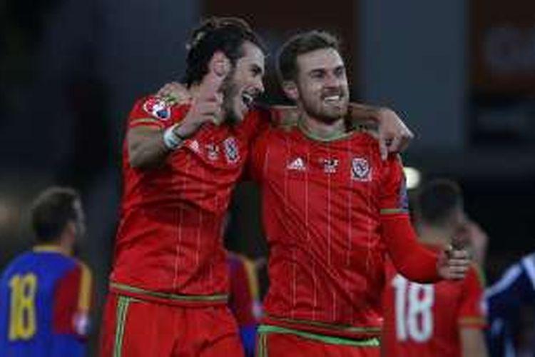 Dua pemain Wales, Gareth Bale (kiri) dan Aaron Ramsey, melakukan selebrasi usai mengalahkan Andorra pada laga kualifikasi Piala Eropa 2016 di Stadion Cardiff City, 13 Oktober 2015.