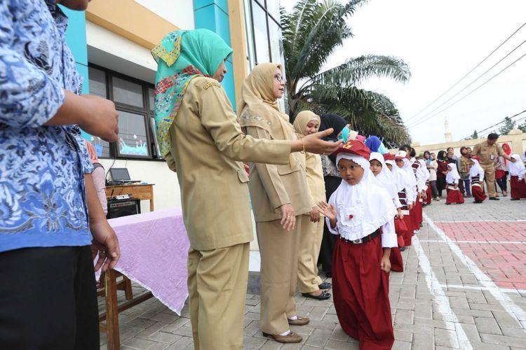Suasana saat hari pertama masuk sekolah, di SD Negeri Lengkong Wetan 1, Serpong Utara, Tangerang Selatan, Senin (17/7/2017). Sebanyak 118 murid baru di SDN Lengkong Wetan 1 nampak diantar oleh orangtua pada hari pertama tahun ajaran baru 2017/2018