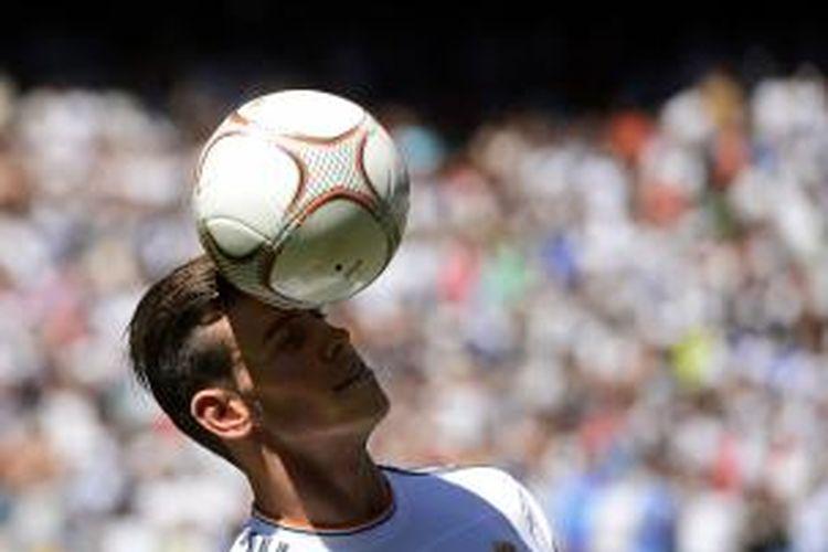 Pemain baru Real Madrid, Gareth Bale, ketika diperkenalkan kepada publik Santiago Bernabeu, Senin (2/9/2013).