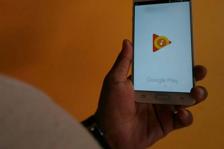Seorang pengguna sedang menggunakan aplikasi Google Play Music