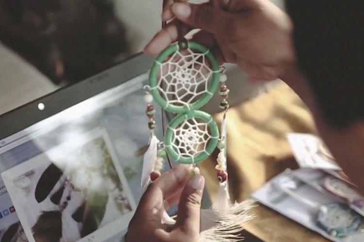 NIndya, pemilik Nindy H&D Craft dari Surabaya memperlihatkan dreamcatcher buatannya dan pemasarannya secara online melalui Tokopedia.