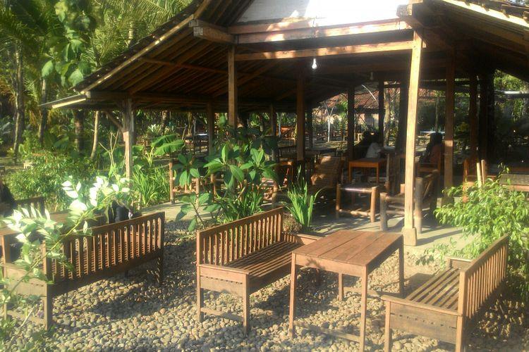 Banyak pohon tumbuh di halaman Geblek Pari. Meja kursi untuk tempat makan bertebaran rapi di antara pohon.  Ada kesan klasik dan desa karena joglo kecil dari kayu dan bangunan bambu atap galvalum di halaman itu.