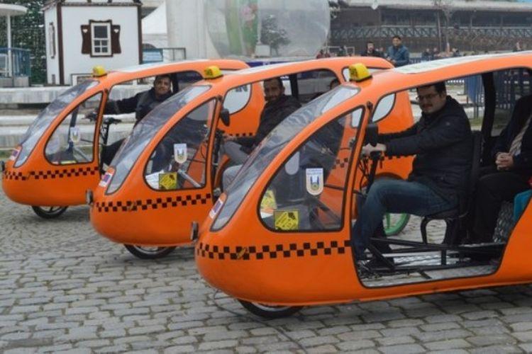 Para pengemudi Taksi Kayuh di Lueleburgaz, Turki. Moda transportasi tersebut dipergunakan untuk mengurangi polusi dan pemanasan global.