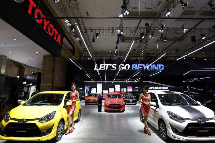 Sales promotion girl berpose di gerai toyota saat ajang Indonesia International Motor Show (IIMS) 2017 di JI Expo, Kemayoran, Jakarta, Jumat (28/4/2017). Ajang pameran otomotif terbesar di Indonesia ini akan berlangsung hingga 7 Mei mendatang. KOMPAS IMAGES/KRISTIANTO PURNOMO