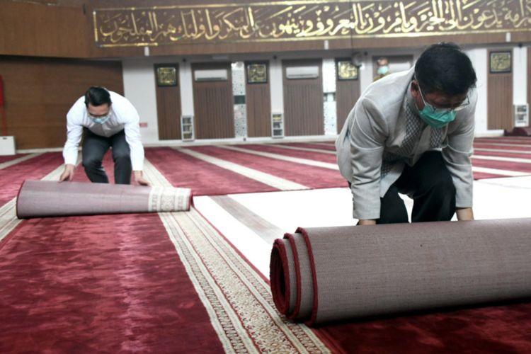 Pemilik pondok pesantren Daarut Tauhid Abdullah Gymnastiar membersihkan masjid bersama Gubernur Jawa Barat Ridwan Kamil di Gedung Sate, Jalan Diponegoro, Kamis (19/3/2020).