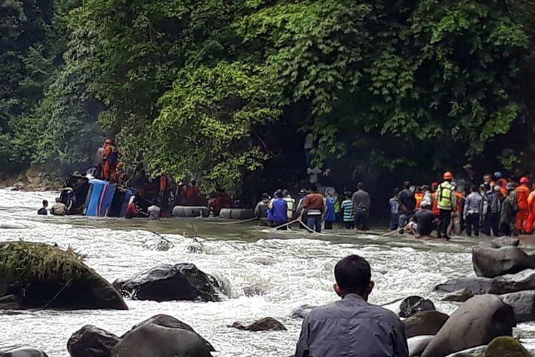 Proses evakuasi korban kecelakaan bus Sriwijaya yang mengalami kecelakaan dii Liku Lematang, Desa Prahu Dipo, Kecamatan Dempo Selatan, Kota Pagaralam, Sumatera Selatan, Selasa (24/12/2019). Akibat kecelakaan tersebut, 24 orang penumpang dikabarkan meninggal dan 13 orang selamat.