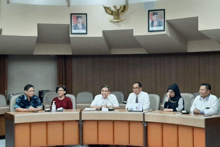 Wakil Rektor Bidang Kerja Sama dan Alumni Universitas Gadjah Mada (UGM), Paripurna Poerwoko Sugarda (tiga dari kanan).
