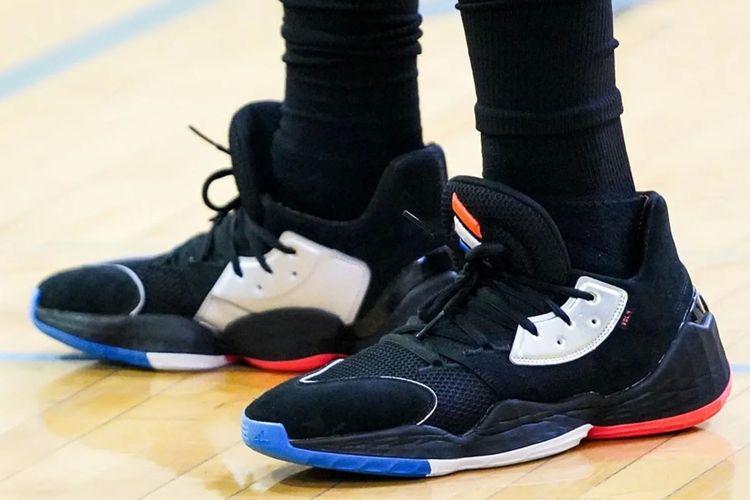 Sepatu basket hasil kolaborasi dengan Adidas tersebut tertangkap kamera fotografer Cassy Athena, di sela latihan off-season.