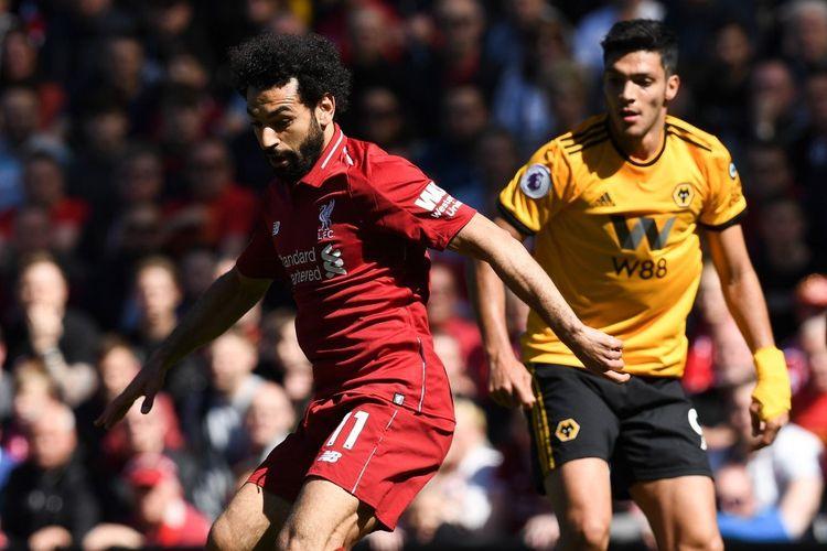 Mohamed Salah dikawal Raul Jimenez pada pertandingan Liverpool vs Wolverhampton Wanderers dalam lanjutan Liga Inggris di Stadion Anfield, 12 Mei 2019.