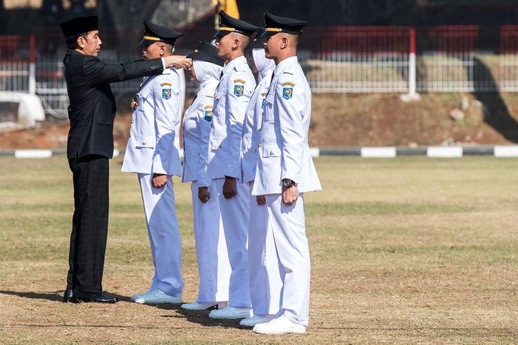 Presiden Joko Widodo (kiri) melantik lulusan angkatan XXV saat wisuda dan Pelantikan Pamong Praja Muda (PPM) Institut Pemerintahan Dalam Negeri (IPDN) Tahun 2018 di Jatinangor, Sumedang, Jawa Barat, Jumat (27/7). Presiden Joko Widodo melantik sebanyak 1.456 Pamong Praja Muda yang akan ditempatkan di seluruh pelosok daerah di Indonesia.