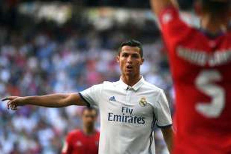 Pemain Real Madrid, Cristiano Ronaldo, tampil pada laga La Liga kontra Osasuna di Stadion Santiago Bernabeu, Sabtu (10/9/2016) waktu setempat.