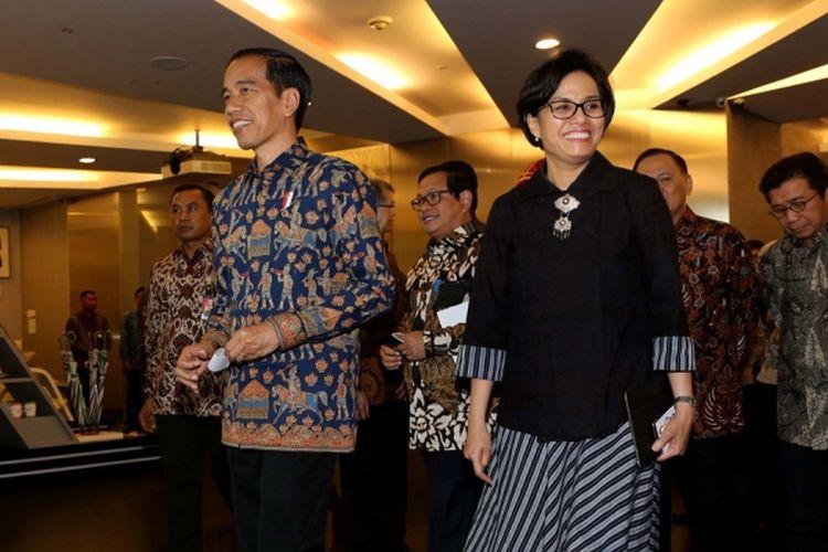 Presiden Joko Widodo bersama Menteri Keuangan Sri Mulyani saat meninggalkan ruangan Bursa Efek Indonesia (BEI), Jakarta, Selasa (4/7/2017). Kedatangan Presiden Joko Widodo dalam rangka kunjungan kerja dan dialog ekonomi dengan para pelaku pasar modal.