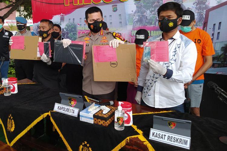 Kapolresta Bandara Soekarno-Hatta, Kombes Pol Adi Ferdian (tengah) ketika menunjukkan sejumlah barang bukti saat jumpa pers kasus pencurian laptop di Taman Integritas Polresta Bandara Soekarno-Hatta, Rabu (30/12/2020) siang.