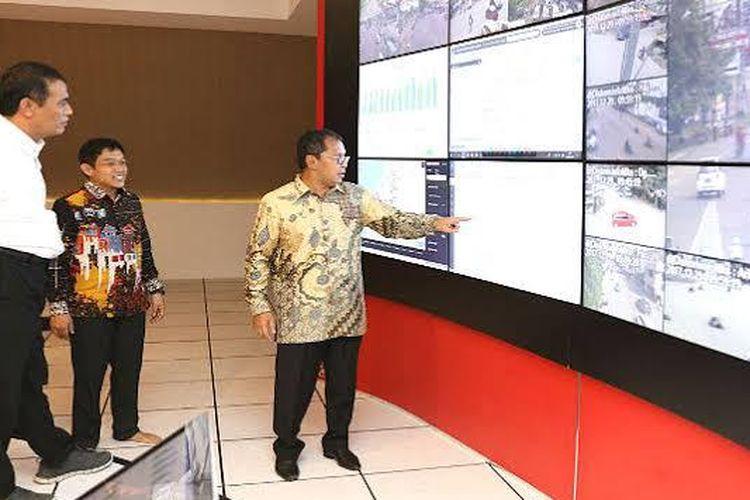 Walikota Makassar, Mohammad Ramdhan Pomanto memperlihatkan dan menjelaskan War Room atau ruang pusat data dan pemantauan ratusan CCTV di Kota Makassar.