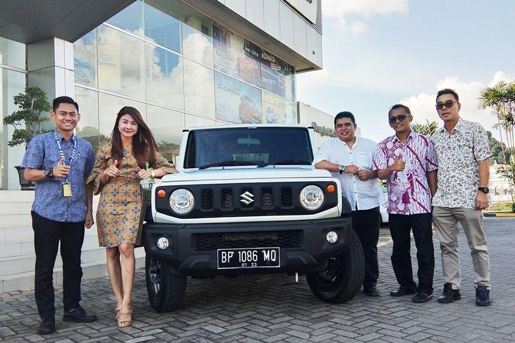 Suzuki Indomobil Batam, PT. Rodamas Makmur Motor secara resmi meluncurkan mobil offroad 4x4 yang sangat legendaris yaitu Suzuki Jimny ke jalanan Batam, Kepulauan Riau. Hadirnya Suzuki Jimny terbaru ini semakin melengkapi deretan mobil Sport Utility Vehicle (SUV) iconic di Indonesia.
