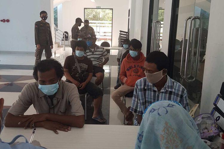 Delapan orang penyandang masalah kesejahteraan sosial (PMKS) terjaring razia yang digelar oleh Satpol PP Jakarta Barat, yang sedang berada di GOR Cengkareng untuk mendapat pembinaan dari Suku Dinas Sosial Jakarta Barat, pada Kamis (7/1/2021)