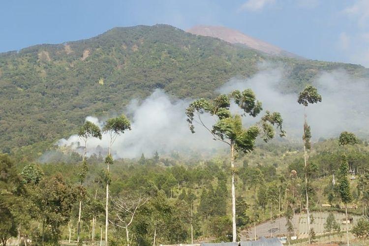 Kepulan asap masih terlihat di kawasan hutan lindung lereng Gunung Slamet yang terbakar dari Dukuh Bambangan, Desa Kutabawa, Kecamatan Karangreja, Kabupaten Purbalingga, Jawa Tengah, Jumat (13/9/2019).