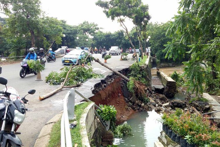 Turap jembatan yang berlokasi di Pondok Kacang Barat, Pondok Aren, Tangerang Selatan, amblas Rabu (1/1/2020) pagi. Hal tersebut dikarenakan debit air yang berada di anak kali Angke melintas deras.