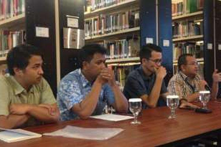 Peneliti MaPPI FHUI Adery Ardhan Saputro, Koordinator Legal ECPAT Indonesia Rio Hendra, moderator Miko Ginting dan peneliti senior ICJR Anggara dalam sebuah diskusi di Jakarta, Kamis (15/12/2016).