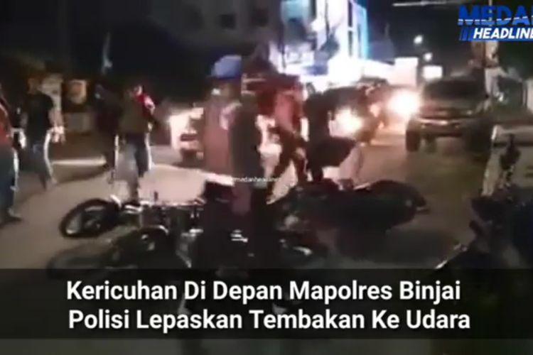 Sebuah video viral di media sosial Instagram memperlihatkan kericuhan di depan Mapolres Binjai pada Selasa (19/5/2020) malam. Beberapa orang ditangkap polisi. Tampak sepeda motor terjatuh berserak di depan pintu masuk Mapolres Binjai di Jalan Hassanudin.