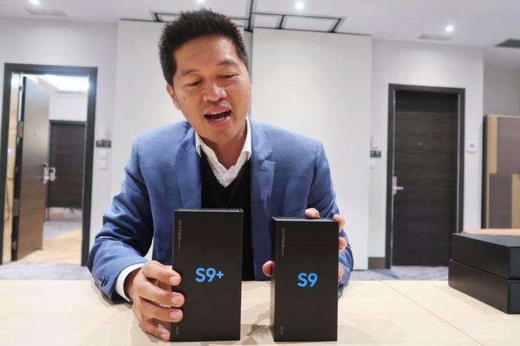 Corporate Marketing Director, Jo Semidang, saat unboxing Galaxy S9 dan S9 Plus di Barcelona, Minggu (25/2/2018).