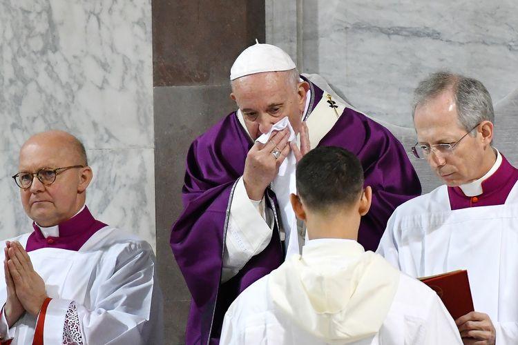 Paus Fransiskus terlihat menyeka hidungnya ketika memimpin Misa Rabu Abu pada 26 Februari 2020. Absennya Paus pasca-gambar tersebut mencuat memunculkan sebuah publikasi bahwa pemimpin Gereja Katolik itu terkena virus corona. Pihak Vatikan membantah, dan menyatakan Paus Fransiskus kurang enak badan.