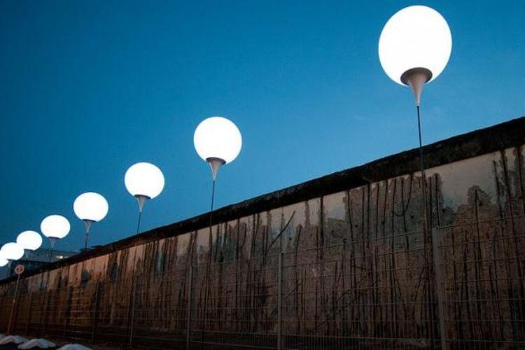 Ribuan balon bercahaya itu merupakan bagian dari Lichtgrenze atau Batas Cahaya, sebuah proyek seni yang menandai garis pemisah antara Berlin Barat dan Berlin Timur selama hampir 30 tahun.
