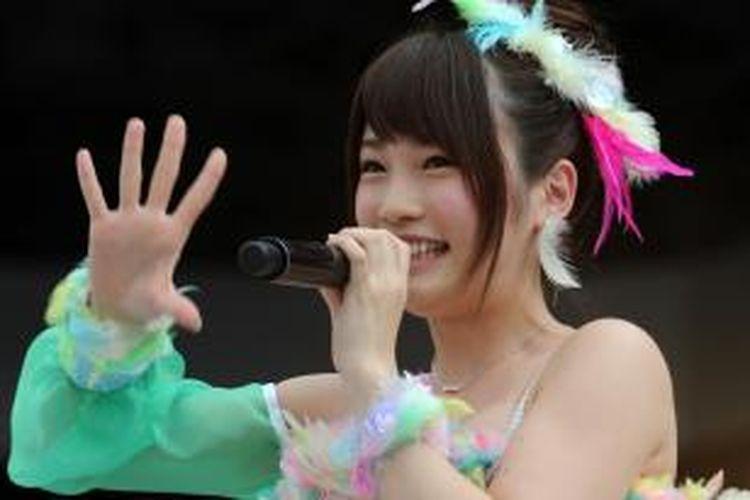 Foto ini diambil pada 8 Juni 2013 menampilkan anggota grup pop AKB48 Rina Kawaei saat tampil dalam konser di Stadion Yokohama. Kawaei dan rekannya, Anna Iriyama menjadi korban serangan seorang pria dalam sebuah kegiatan kelompok itu di kota Takizawa di Prefektur Iwate.