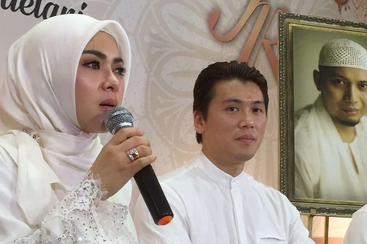 Penyanyi Syahrini bersama sang suami Rheino Barack saat menyantuni 2500 anak yatim di Masjid Az Zikra Bogor, Sabtu (1/6/2019).