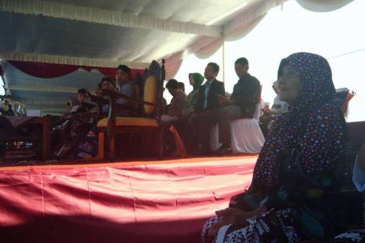 Mbah Ponco Sutiyem (95), pemeran Sri dalam film Ziarah, duduk di antara pejabat Pemkab Gunungkidul, dalam perayaan Hari Jadi ke-186 Kabupaten Gunungkidul, Yogyakarta, di Alun-alun Pemkab Gunungkidul, Rabu (2/5/2017).