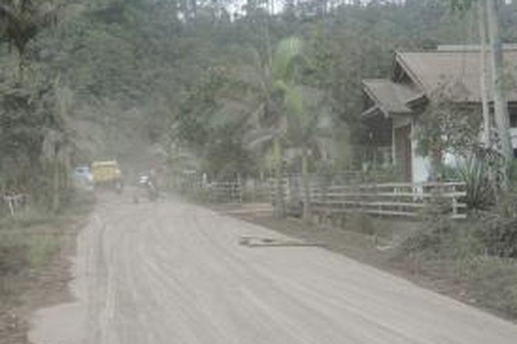 Suasana desa di Minahasa Tenggara yang terdampak erupsi Gunung Api Soputan, Januari 2016