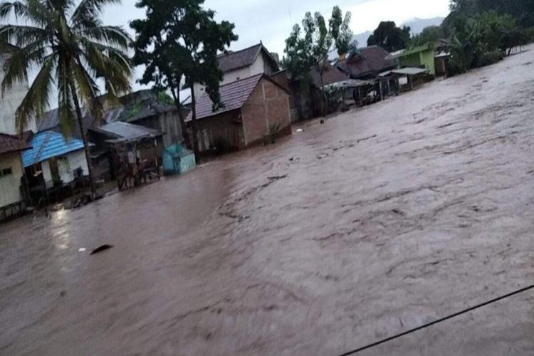 Sebagian wilayah di Kota Bima, NTB terdampak banjir, Kamis (07/01/2021). Banjir akibat luapan sungai ini telah merendam tiga Kelurahan.
