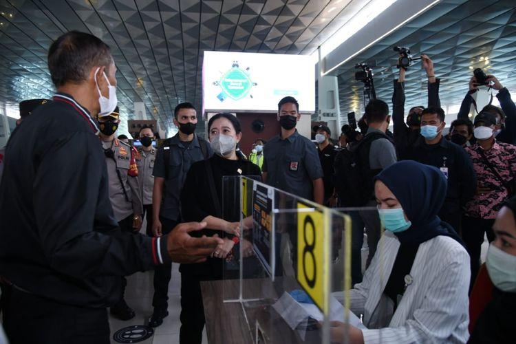 Ketua DPR Puan Maharani saat meninjau pengawasan kebijakan larangan mudik Lebaran 2021 di Bandara Soekarno-Hatta, Tangerang, Banten, Rabu (12/5/2021).