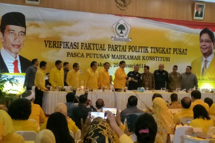 Para pengurus Partai Golkar bersama pimpinan KPU dan Bawaslu di Kantor DPP Golkar, Jakarta, Senin (29/1/2018)