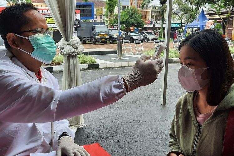 Masyarakat Kota Tasikmalaya mengikuti vaksin tahap kedua di halaman Mako Polresta Tasikmalaya, Kamis (24/6/2021).