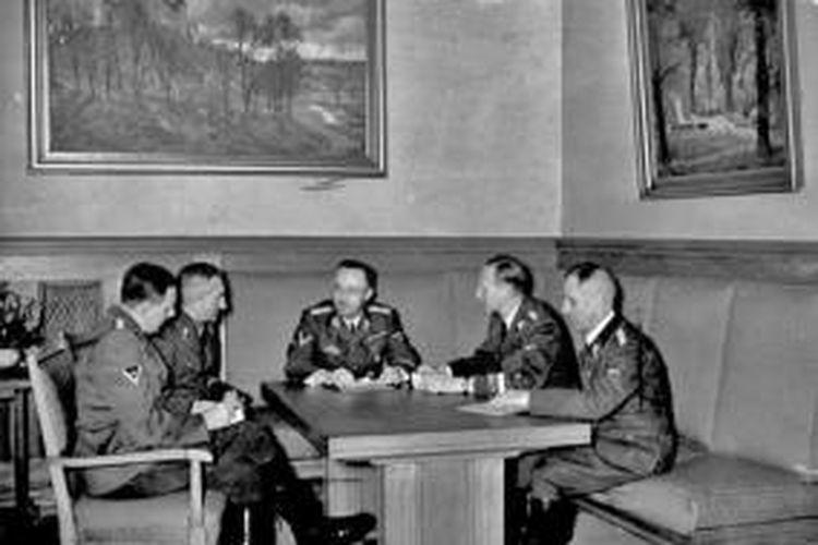 Dalam foto yang diambil pada 1939 ini terlihat sejumlah petinggi Nazi Jerman (dari kiri ke kanan), Franz Josef Huber, Arthur Nebe, Heinrich Himmler, Reinhard Heydrich, dan Heinrich Mueller.
