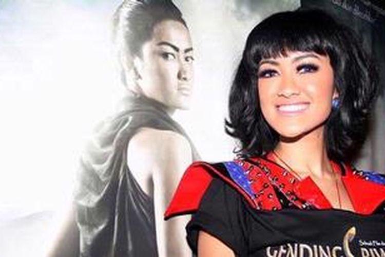 Aktris yang juga penyanyi, Julia Perez atau yang biasa dipanggil Jupe saat ditemui seusai konferensi pers mengenai press screaning film Gending Sriwijaya di Platinum XXI FX, Senayan, Jakarta Selatan, Sabtu (5/1/2013).