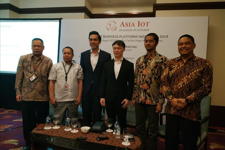 Head of Business Development IoT & Smart City Indosat Ooredoo Hendra Sumiarsa(kanan) menjadi pembicara dalam diskusi yang digelar Asia IoT Business Platform (AIBP) di Hotel Ritz Carlton Mega Kuningan, Jakarta, Kamis (11/7/2019).