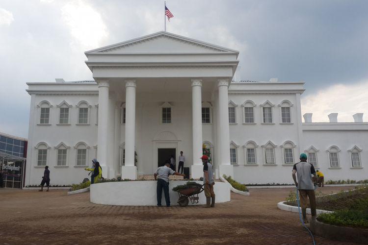 Bangunan mirip White House atau Gedung Putih Amerika Serikat yang ada di The Legend Star, Jatim Park 3, Kota Batu, Jawa Timur, Jumat (29/12/2017).