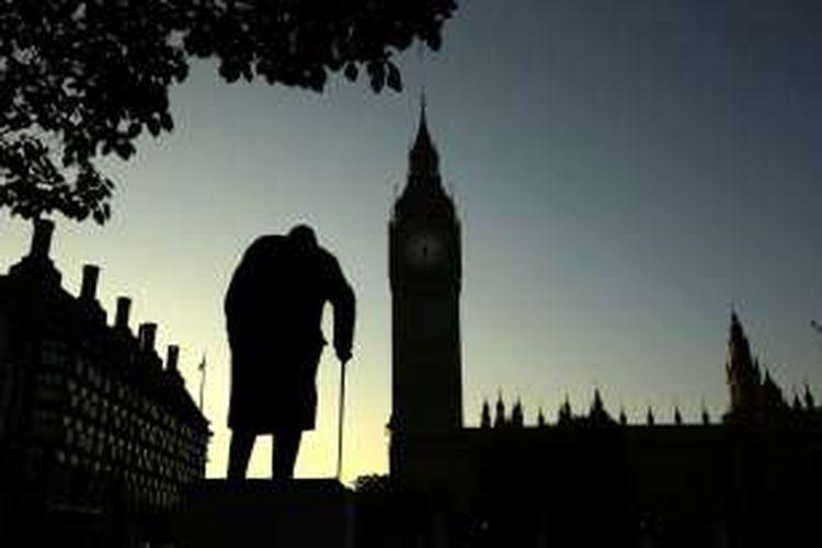 Foto patung Winston Churchill menghadap